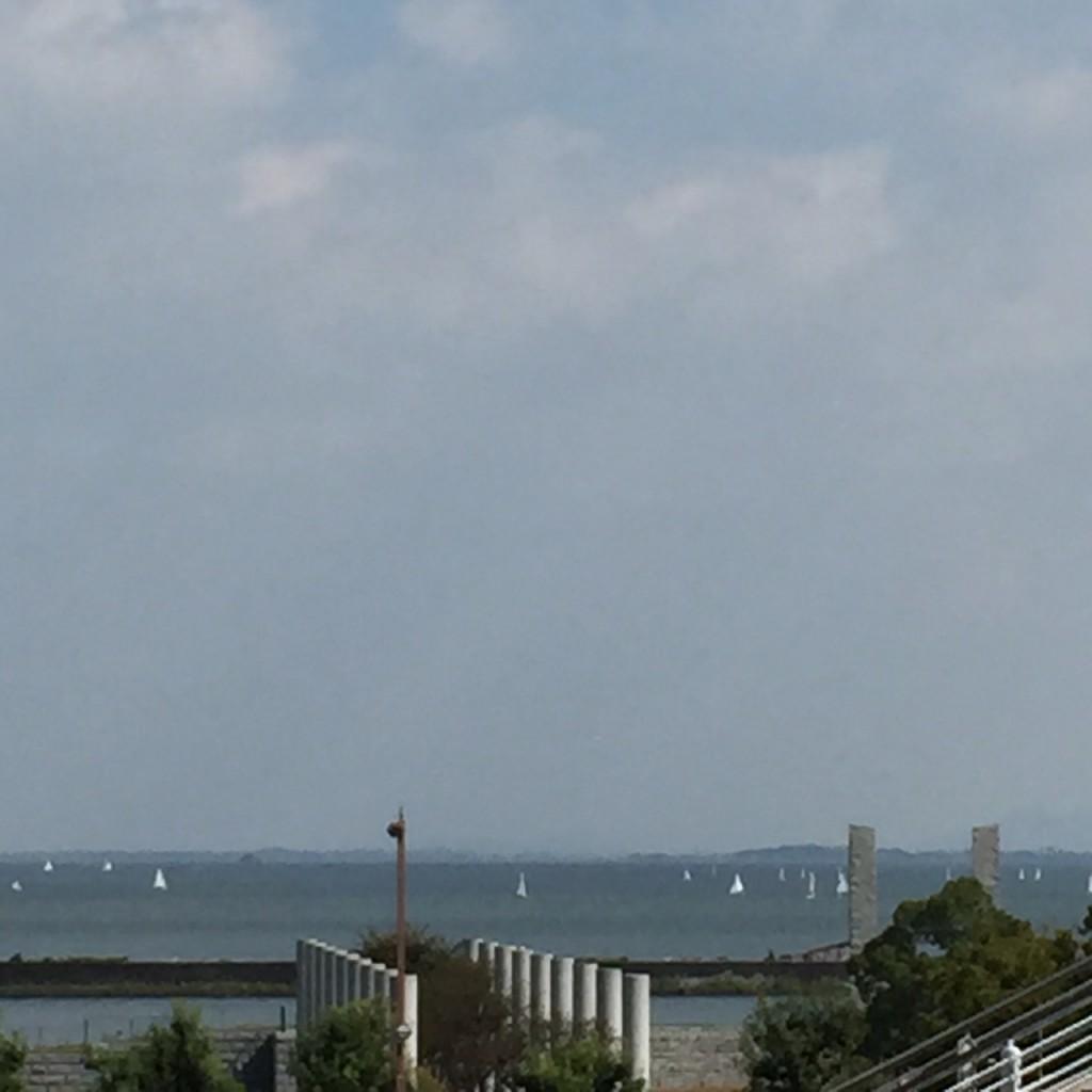 今日の琵琶湖。 ヨットが何艘も浮かんでいました。